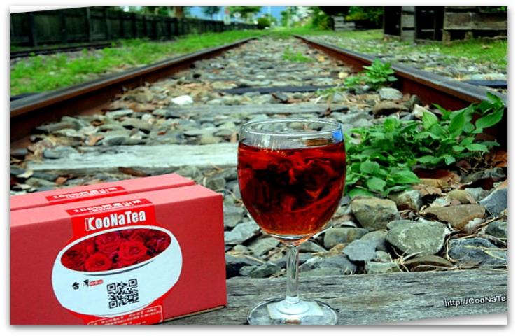 於鹿麻產車站泡壺玫瑰紅茶等阿里山火車