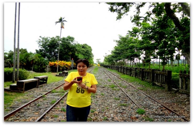 阿真姐於鹿滿車站喝玫瑰紅茶等火車